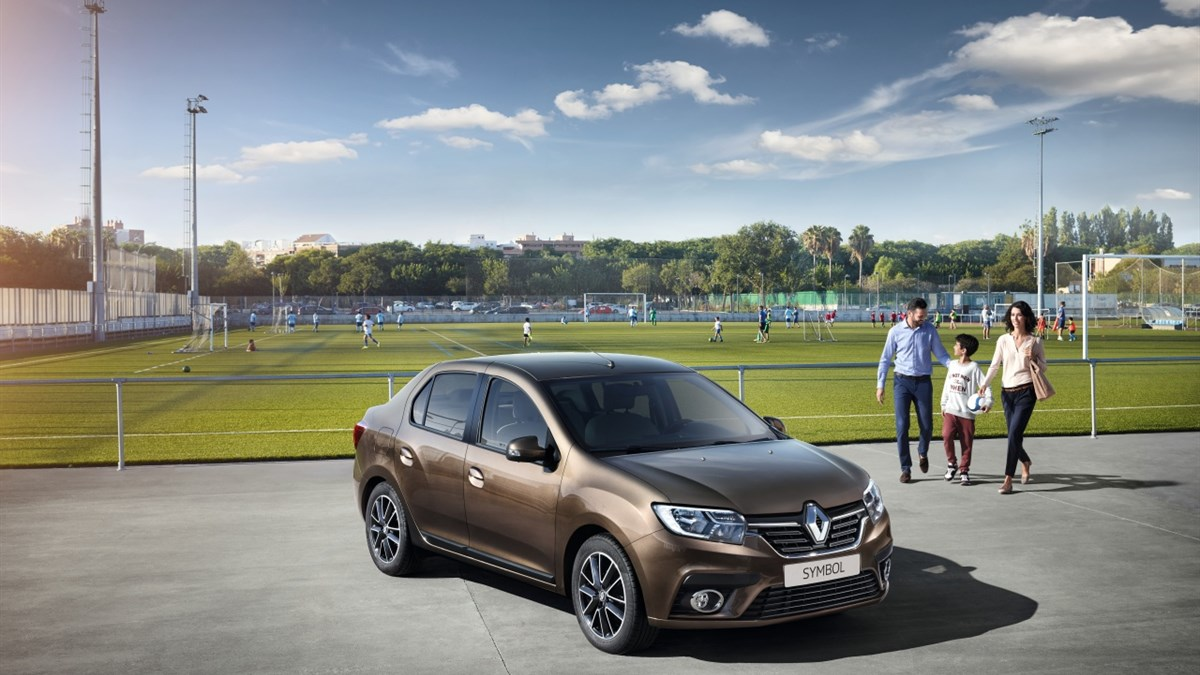 A family walking towards Renault SYMBOL
